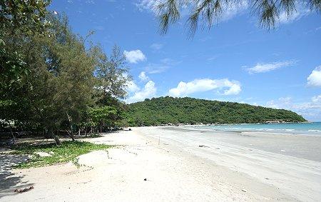 Thaimaa, Rayong. Kaunis hiekkaranta Mae Ramphung.